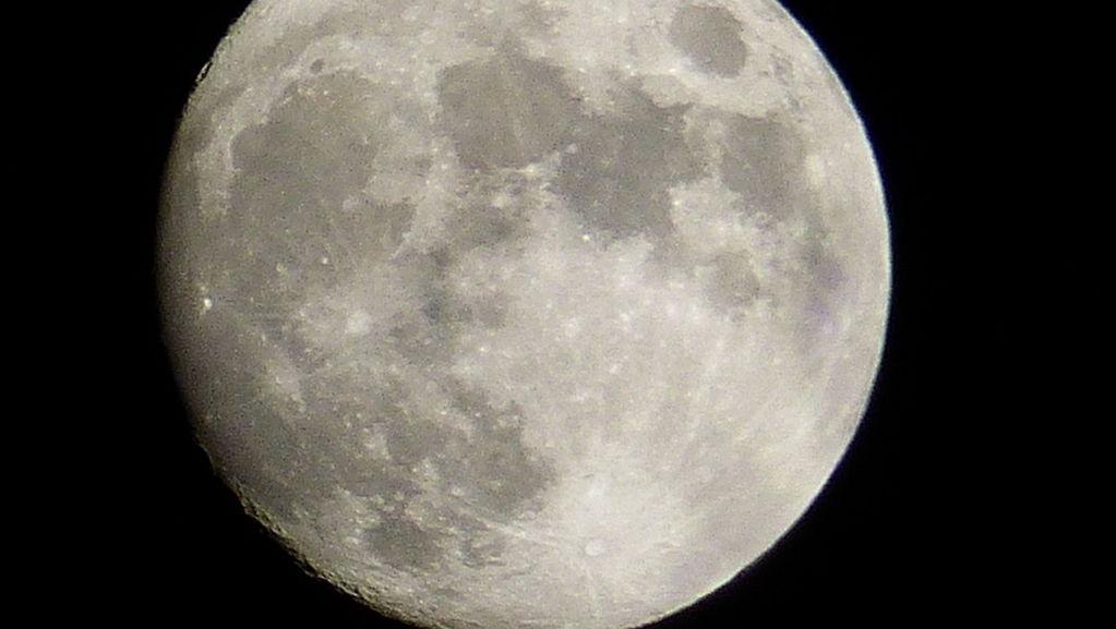 FZ200_moon_032.JPG