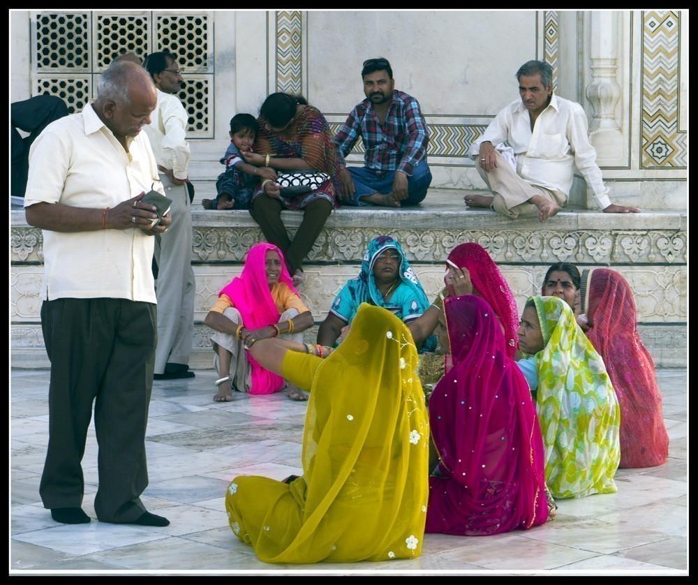 Outside_the_Taj.jpg