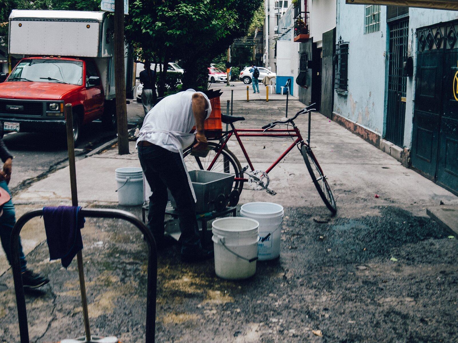 Q7_Jun4_21_lavando_bicicleta(VSCO_Portra).jpg