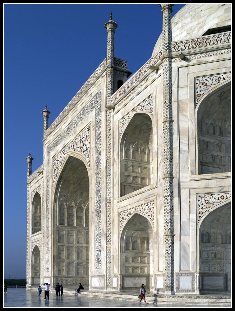 Size_perspective_of_Taj_Mahal.jpg