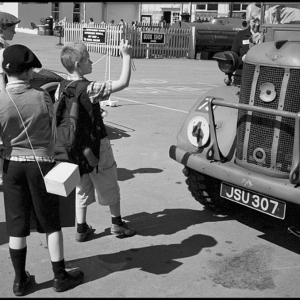 Evacuee_children_with_WW2_ambulance