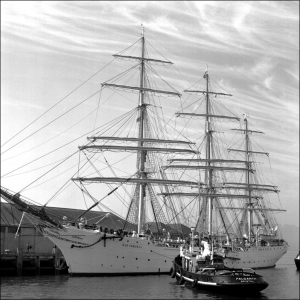 Dar Pomorza docking in Plymouth